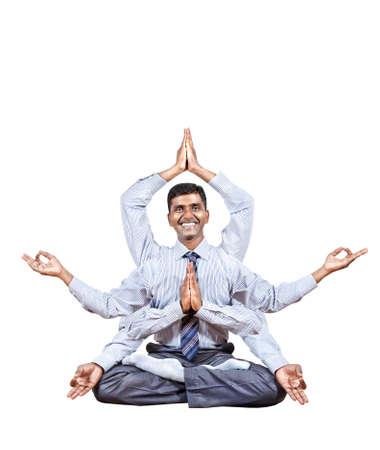 dhyana: Uomo d'affari indiano con molte mani in loto pongono con grande sorriso isolato su sfondo bianco. Spazio libero per il testo