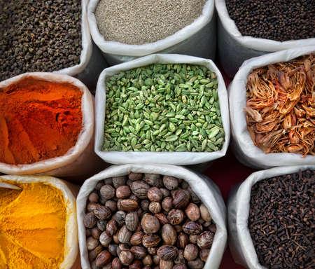 especias: Especias de colores indias en el mercado de pulgas de Anjuna en Goa, India
