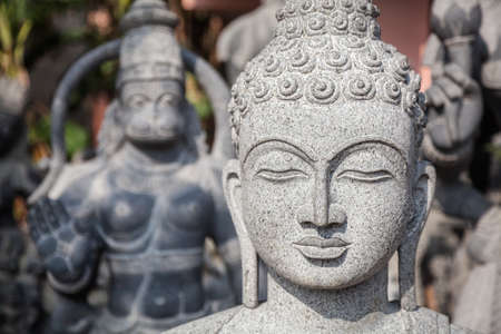 cabeza de buda: Estatua de Buda en Mamallapuram, Tamil Nadu, India