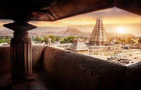 karnataka: Virupaksha templo vista desde Hemakuta colina al amanecer en Hampi, Karnataka, India