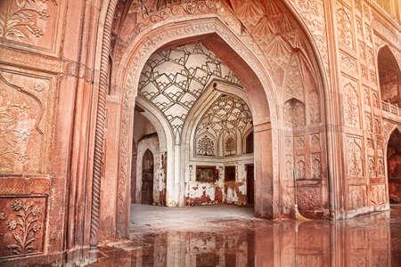 レッド フォート、古いデリー、インドの彫刻が施されたアーチとアーキテクチャ
