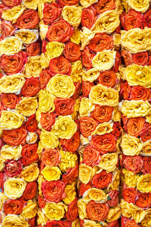rosas naranjas: Flores guirnaldas de rosas amarillas y naranjas en la tienda cerca Kapaleeshwarar templo en Chennai, Tamil Nadu, India