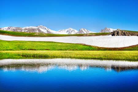 Mountain Lake en el cielo azul en Dzungarian Alatau Kazajstán, Asia Central