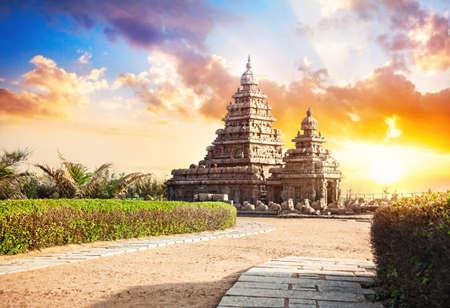 Shore chrám při západu slunce obloze v Mamallapuram, Tamil Nadu, Indie