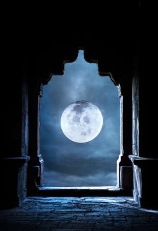 completo: Silueta del arco en el antiguo templo en el cielo nocturno con luna llena de fondo premade