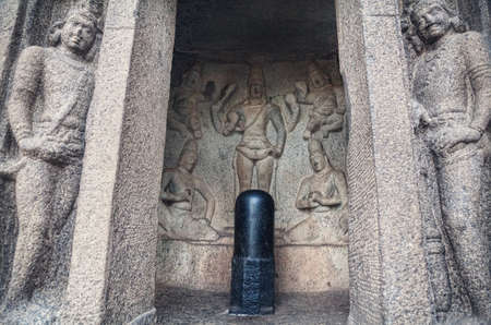mamallapuram: Shiva lingam and hindu gods in ancient cave in Mamallapuram complex, Tamil Nadu, India