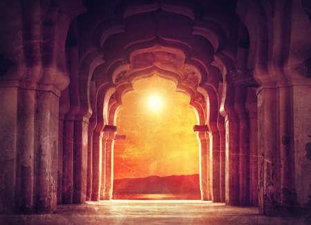 Oude verwoeste boog in oude tempel bij zonsondergang in India