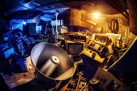 Megaphone und alten Grunge elektronische Sachen in Keller in blauen und gelben Farben Standard-Bild