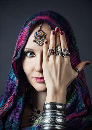gitana: Retrato de la hermosa mujer tribal envuelta en bufanda con muchas joyerías