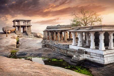 Hampi, Karnataka, 인도에서 일몰 하늘에서 Vijayanagara 제국의 고 대 유적