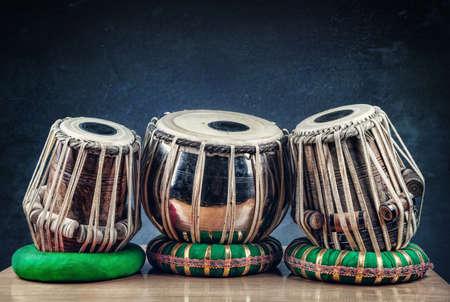 musica clasica: Tabla tambores indio instrumento de música clásica en la mesa Foto de archivo