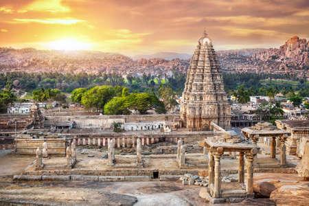 Virupaksha templo visión de Hemakuta colina al atardecer en Hampi, Karnataka, India Foto de archivo - 29623990