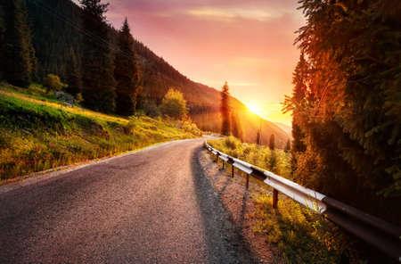カザフスタンでの日没山の道路