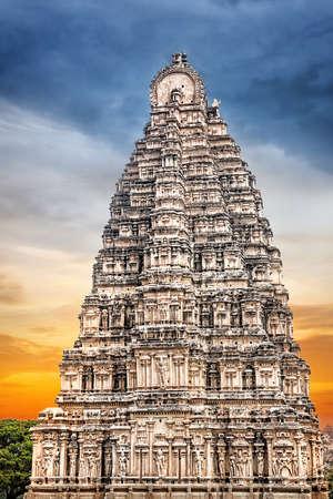 karnataka: Virupaksha torre del templo en Hampi, Karnataka, India