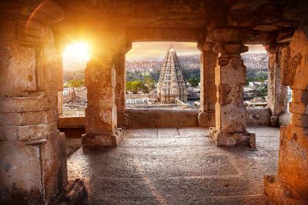 Virupaksha tempel uitzicht vanaf de Hemakuta heuvel bij zonsondergang in Hampi, Karnataka, India