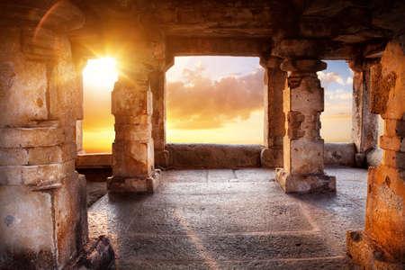 Temple antique avec des colonnes au coucher du soleil, ciel, fond en Inde