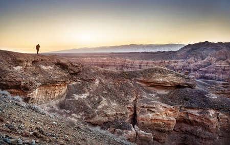Fotograaf met een statief op Charyn grand canyon in Kazachstan Stockfoto
