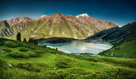 Gran Lago de Almaty en las montañas de Zaili Alatay, Kazajstán, Asia Central Foto de archivo