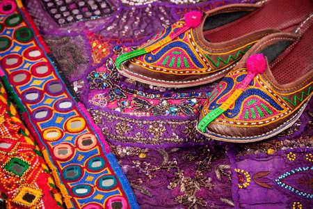 인도 벼룩 시장에서 다채로운 민족 신발, 쿠션 커버와 라자스탄 벨트 스톡 콘텐츠