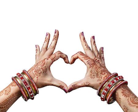 mano de dios: Manos de mujer con henna haciendo el gesto de coraz�n aislado sobre fondo blanco con trazado de recorte