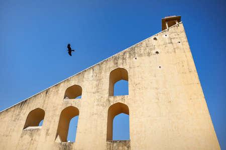 astronomie: Adler fliegen in der Nähe von Jantar Mantar Observatorium Komplex am blauen Himmel in Jaipur, Rajasthan, Indien