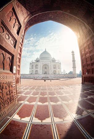 Taj Mahal bekijken van de moskee door de boog in Agra, Uttar Pradesh, India