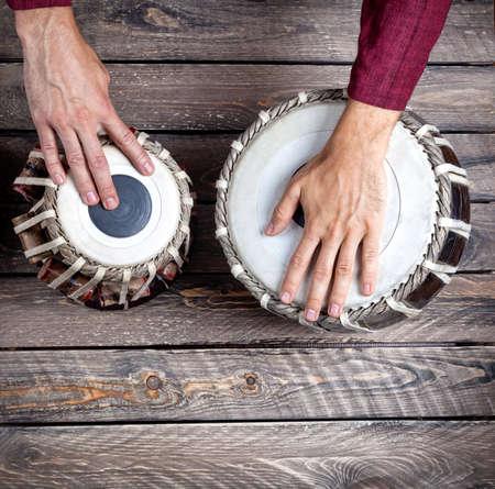 bateria musical: Hombre que juega en los tambores tradicionales tabla india de cerca Foto de archivo