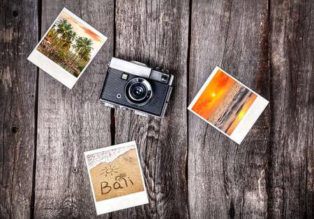 バリの熱帯ビーチ木製の背景で古いフィルム カメラ、ポラロイド写真 写真素材