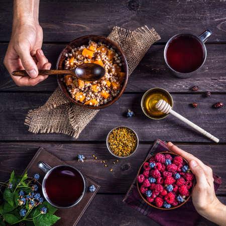 prima colazione: Colazione romantica sana con la zucca porridge e frutti di bosco al villaggio di casa estiva Archivio Fotografico