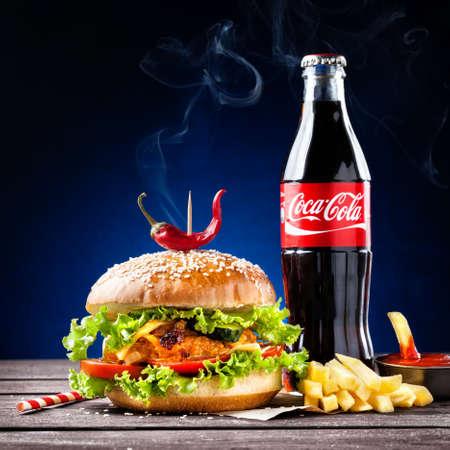 MUMBAI, INDIA% u2013 23 mei 2015: Veggie hamburger, frietjes en Coca-Cola flesje - is de meest populaire koolzuurhoudende frisdrank dranken verkocht over de hele wereld Redactioneel