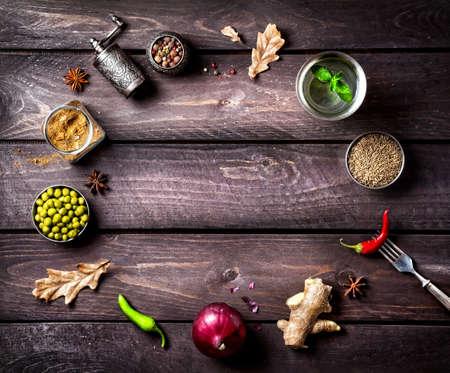 Kruiden en ingrediënten voor het gerecht op de houten achtergrond met ruimte voor tekst