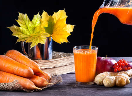 fruit orange: Fresco de zanahoria, manzana, jugo de jengibre en el fondo de madera en la temporada de otoño