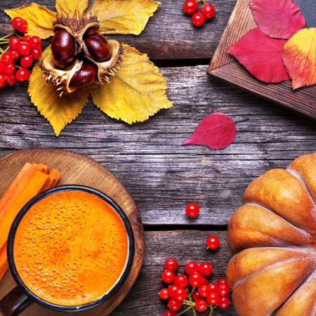 ?  ? carrot: Calabaza fresca y jugo de zanahoria en el fondo de madera en la temporada de otoño