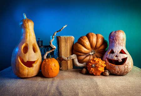 dynia: Rzeźbione dynie na Halloween dekoracje na niebieskim tle