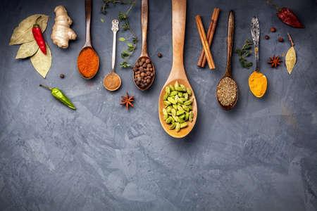 kulinarne: Różne Przyprawy takie jak kurkuma, kardamon, chili, bayberry, liść laurowy, imbir, cynamon, kminek, anyż na tle grunge z miejsca na tekst Zdjęcie Seryjne