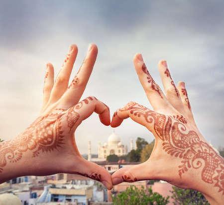 Žena ruce s malování hennou ve tvaru srdce s Taj Mahal v něm. Miluji Indie koncept s kopií vesmíru.