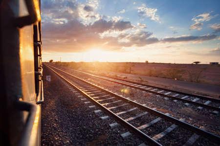 estacion tren: Tren que pasa zona des�rtica en el cielo del atardecer beckgroung en Rajasthan, India