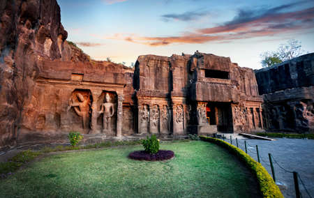 Ellora cave entrance in Kailas temple with ancient carved wall near Aurangabad, Maharashtra, India Standard-Bild