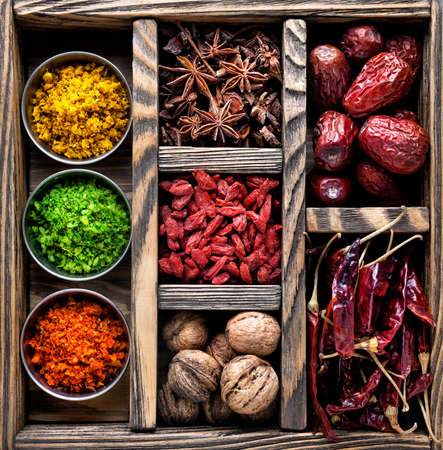frutas secas: Especias, frutas secas y nueces en la caja de madera