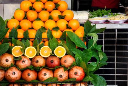 Pile of fresh Oranges on display at street juice shack, Istanbul, Turkey Stok Fotoğraf