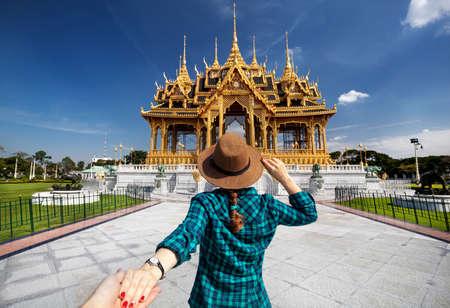 帽子とタイ王宮デュシット、バンコク、タイで、アナンタサマーコム宮殿に男をリード グリーンのチェックのシャツの女性