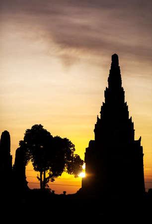 siluet: Silhouette of ancient ruined wat Chaiwatthanaram at sunset in Ayutthaya, Thailand
