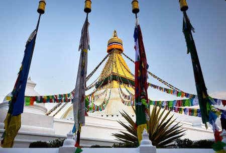 카트만두에서기도 깃발 Bodnath 불교 Stupa