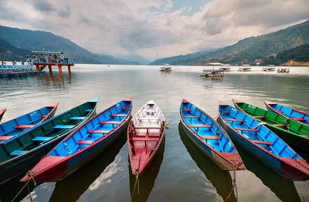 Bateaux de couleur au bord du lac Phewa à Pokhara, au Népal. Banque d'images