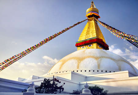 Bodnath Great Buddhist Stupa with prayer flags in Kathmandu 版權商用圖片 - 91493589