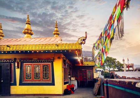 Bodnath 불교 수도원 지붕 골든 드래곤와 카트만두에서기도 플래그로 복잡 한 불교 복잡 한 스톡 콘텐츠