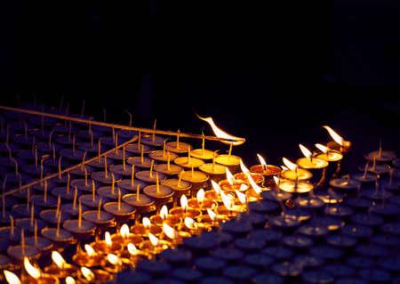 몽크는 카트만두의 불교 사원에서 평화로운 석유 램프를 쏜다. 스톡 콘텐츠