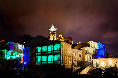 Forteresse de Narikala et bain sulfurique public avec éclairage coloré la nuit dans le centre de Tbilissi, en Géorgie Banque d'images - 93729517