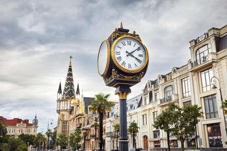 Grote klok op het plein van Europa in Batoemi, Georgië Stockfoto