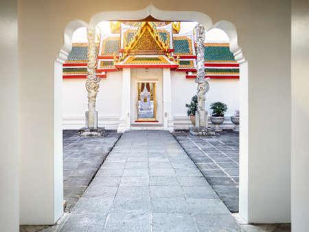 タイ・バンコクの夕暮れ時の仏教寺院ワット・アルン